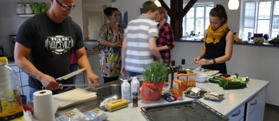 Umarhro Cardogan og de unge i køkkenet